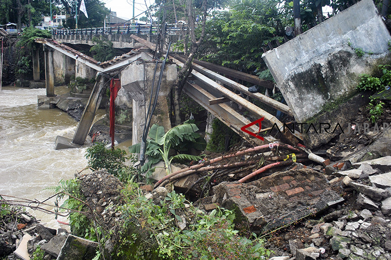 Tiang penyangga jembatan ambruk