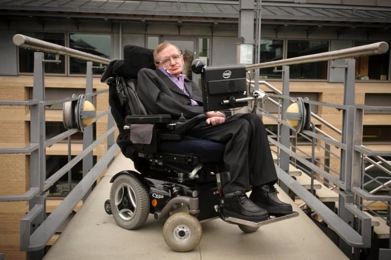 Wow! Kursi roda dan disertasi Stephen Hawking terjual Rp14,6 miliar