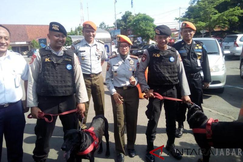 Anjing pelacak bahan peledak disiagakan di stasiun Cirebon