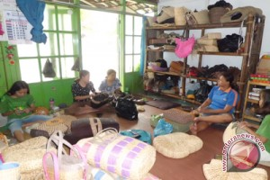 Perajin tas serat Kulon Progo terus berinovasi