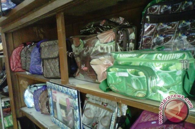 Kerajinan limbah plastik produk perajin asal Desa Sumberagung