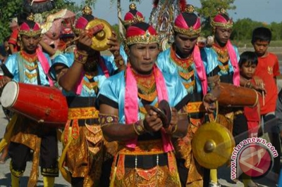 Sejumlah seniman memainkan musik tradisional Madura, saronen (Foto
