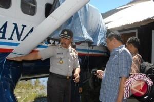 Evakuasi penumpang dan kru Trigana Air yang ditembaki