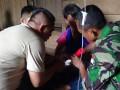Petugas kesehatan dari Satgas Pamtas Yonif 123 Rajawali memberi layanan kesehatan kepada penduduk di salah satu dusun yang ada di perbatasan Kalbar - Sarawak. (Foto : Satgas Pamtas Yonif 123 Rajawali)