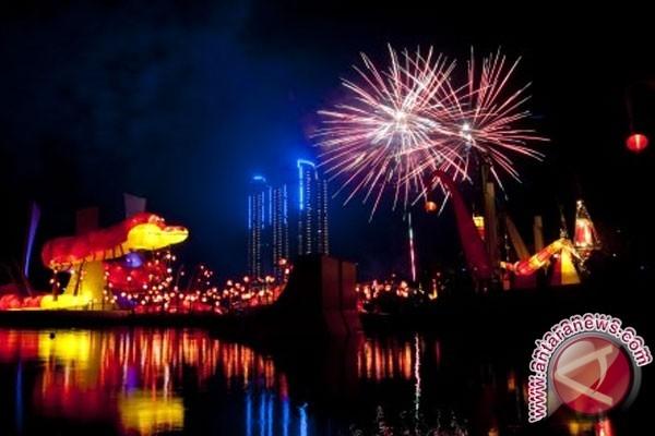 ilustrasi Lampion Ular Air Lampion berbentuk ular air dan kembang api