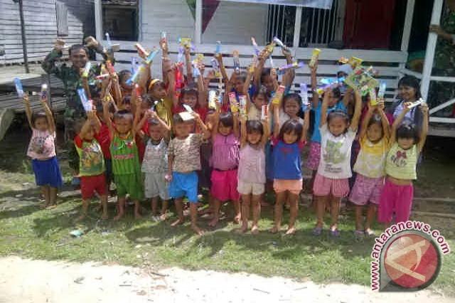 Anak-anak di dusun klawik, desa mesiau, kecamatan batang lupar