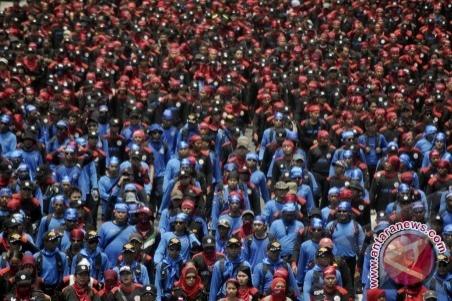 saat memperingati Hari Buruh 1 Mei 2012. (FOTO ANTARA/Zabur Karuru