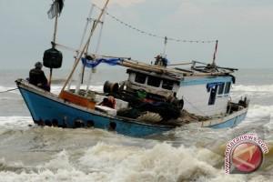 Nelayan Sukadana Takut Melaut Karena Ombak Tinggi