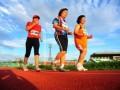 Sejumlah atlet veteran mengikuti pertandingan jalan cepat 5000 meter putri pada Kejuaraan Nasional Atletik Master di Stadion Sultan Syarief Abdurrahman, Pontianak, Kalbar, Minggu (9/6). Pertandingan jalan cepat 5000 meter putri yang diikuti puluhan atlet veteran internasional dan nasional berusia 45 tahun hingga 75 tahun tersebut, merupakan bagian dari Kejuaraan Nasional Atletik Master ke-5 tahun 2013. FOTO ANTARA/Jessica Helena Wuysang/13