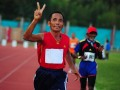 Sejumlah atlet veteran mengikuti lomba lari 5000 meter pada Kejuaraan Nasional Atletik Master di Stadion Sultan Syarief Abdurrahman Pontianak, Kalbar, Jumat (7/6). Kejuaraan Nasional Atletik Master yang diikuti atlet veteran nasional se-Indonesia dengan kelompok usia 35 tahun hingga 80 tahun tersebut, merupakan ruang silaturahmi para peserta dan menjadi sarana pembelajaran bagi atlet muda. FOTO ANTARA/Jessica Helena Wuysang