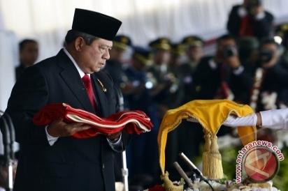 Presiden Susilo Bambang Yudhoyono (kiri) menyerahkan Bendera Merah