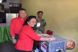 Istri Gubernur Ikut Bernyanyi di TPS Usai Coblos