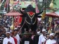 Warga membawa sesaji yang diletakkan di atas patung kerbau pada Kirab Sesaji di Gunung Kawi, Malang, Jawa Timur, Selasa (5/11). Kegiatan ritual tahunan yang diikuti ratusan peserta tersebut diadakan untuk merayakan Tahun Baru Jawa atau 1 Suro. ANTARA FOTO/Ari Bowo Sucipto