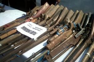 Kades Nanga Dua Pelopori Warga Serahkan Senpi Ilegal Kepada Polisi