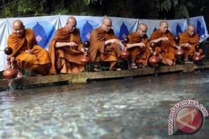 Puluhan Biksu Mengambil Air Berkah