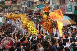 Ribuan Warga Saksikan Parade Naga Karnaval CGM