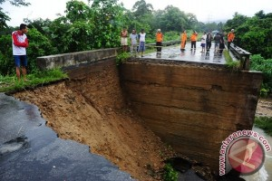Jembatan Ambruk Diterjang Banjir