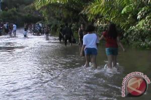 Akses Parindu ke Meliau Terendam Banjir