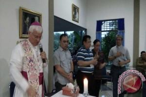 Uskup Sanggau Berkati Rumah Simon Petrus