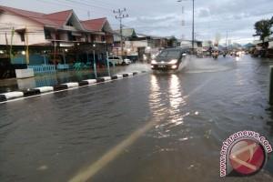 Tagana Singkawang Evakuasi Korban Banjir