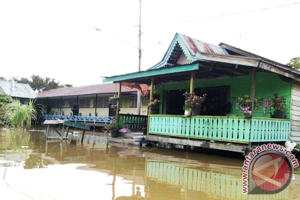 Kapuas Rivers overflows bank following incessant torrential rains