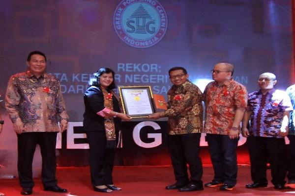 Semen Gresik Terima Penghargaan MURI di Banjarmasin