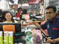 Kepala KPw Bank Indonesia Kalimantan Barat, Dwi Suslamanto sedang melakukan transaksi pembayaran di sebuah Mini Market Tebedu, Serawak Malaysia menggunakan uang Rupiah Tahun Emisi 2016. (Foto Antara Kalbar/ Dedi)