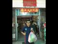 Kepala KPw Bank Indonesia Kalbar, Dwi Suslamanto usai berbelanja di Mini Market Tebedu Malaysia menggunakan uang NKRI Tahun Emisi 2016. (Foto Antara Kalbar/Dedi)
