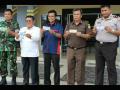 Kepala Kantor BI, Dwi Suslamanto bersama Camat Entikong, Kapolsek Entikong, Kejari Sanggau dan TNI sedang menunjukan Uang NKRI usai sosialisasi di Entikong, Rabu (11/1).