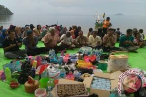Warga Pantai Pulau Datok Doa Bersama