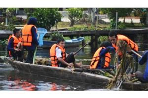 Anggota Pramuka Sambas Lakukan Aksi Bersih Sungai