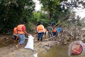 Aksi Bersih Sungai dan Jembatan di Nanga Taman
