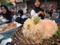 Sejumlah peserta mengikuti lomba masak di Jalan Veteran, Tegal, Jawa Tengah, Jumat (17/3). Lomba masak yang diikuti ibu-ibu rumah tangga tersebut untuk memperkenalkan makanan tradisional terutama makanan khas pantura Tegal kepada anak-anak serta masyarakat umum. ANTARA FOTO/Oky Lukmansyah/aww/17.