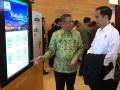 Presiden Joko Widodo mendengarkan presentasi tentang aplikasi Gemcil dari Walikota Pontianak, Sutarmidji di Pontianak, Kalbar, Jumat (17/3). Presiden Joko Widodo mengapresiasi aplikasi