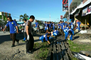 TNI-Polisi Bersama Masyarakat Bersihkan Saluran Air