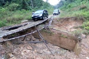 TNI-Warga Gotong Royong Perbaiki Jembatan Perbatasan