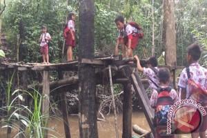 Siswa SD Meniti Jembatan Untuk Bersekolah