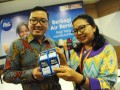 Coorporate Communications Manager P&G Indonesia, Stephan Sinisuka bersama Air Project Team Leader Wahana Visi Indonesia, Hotmianida Rosdelina Panjaitan memperlihatkan produk penyaring air bersih yaitu Bubuk P&G Purifier of Water saat eksibisi produk di Pontianak, Kalbar, Rabu (17/5). P&G bersama Wahana Visi Indonesia mengadakan program Berbagi Air Bersih dengan menggunakan bubuk Purifier of Water untuk proses pemurnian dan penyaringan air kotor menjadi air bersih di Kecamatan Pinoh Utara dan Ella Hilir di Kabupaten Melawi, Kalbar. ANTARA FOTO/Jessica Helena Wuysang/17