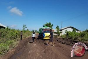 Warga Keluhkan Ruas Jalan Pelang - Tumbang Titi Ketapang