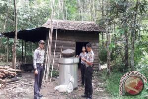 Razia Gabungan Bongkar Produsen Miras Nanga Tayap