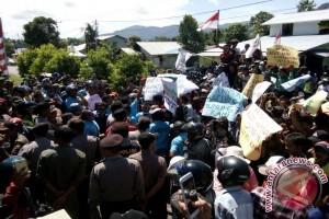 Warga Protes Tambang Granit di Teluk Batang