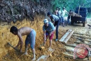 Warga dan Bhabinkamtibmas Gotong Royong Perbaiki Jalan