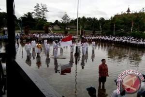 Banjir Tak Halangi Upacara HUT RI di Bika