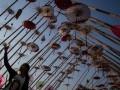 Warga berfoto dengan latar instalasi payung pada Festival Payung Indonesia 2017 di Pura Mangkunegaran, Solo, Jawa Tengah, Jumat (15/9). Acara yang menampilkan berbagai seni kreasi payung tersebut digelar untuk melestarikan kerajinan payung tradisional nusantara sekaligus untuk mempertemukan pelaku industri kreatif payung dan penggiat pelaku seni karnaval. ANTARA FOTO/Mohammad Ayudha/aww/17.