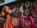 Peserta mengikuti parade kreasi payung pada Festival Payung Indonesia 2017 di Pura Mangkunegaran, Solo, Jawa Tengah, Jumat (15/9). Acara yang menampilkan berbagai seni kreasi payung tersebut digelar untuk melestarikan kerajinan payung tradisional nusantara sekaligus untuk mempertemukan pelaku industri kreatif payung dan penggiat pelaku seni karnaval. ANTARA FOTO/Mohammad Ayudha/aww/17.