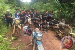 Trapak Community Lintasi Belantara Sungai Ayak