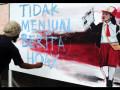 Seorang seniman lukis menyelesaikan lukisannya saat Hari Bebas Kendaraan Bermotor (HBKB) di trotoar Jalan Ahmad Yani, Bekasi, Jawa Barat, Minggu (1/10). Aksi melukis yang digagas Forum Seniman Bekasi dan diikuti puluhan seniman lukis tersebut bertujuan untuk memberikan pendidikan seni, sosial dan budaya, apresiasi, dan advokasi kepada pelaku dan pencinta seni. ANTARA FOTO/Suwandy/kye/17.