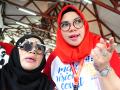 Seorang warga didampingi petugas menjalani pemeriksaan mata di stand pameran Hari Penglihatan Sedunia 2017 di Pendopo Gubernur Kalbar, Kamis (12/10). Hasil survey Kebutaan Rapid Assesment of Avoidable Blindness (RAAB) 2014-2016 di 15 provinsi di Indonesia, memperlihatkan bahwa penyebab utama gangguan penglihatan dan kebutaan adalah kelainan refraksi 10-15 persen dan katarak 70-80 persen. ANTARA FOTO/Jessica Helena Wuysang/17