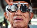 Seorang warga menjalani pemeriksaan mata di stand pameran Hari Penglihatan Sedunia 2017 di Pendopo Gubernur Kalbar, Kamis (12/10). Hasil survey Kebutaan Rapid Assesment of Avoidable Blindness (RAAB) 2014-2016 di 15 provinsi di Indonesia, memperlihatkan bahwa penyebab utama gangguan penglihatan dan kebutaan adalah kelainan refraksi 10-15 persen dan katarak 70-80 persen. ANTARA FOTO/Jessica Helena Wuysang/17