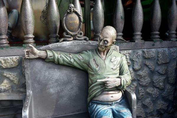 "Puluhan ""Zombie"" Kagetkan Pengunjung Mal"